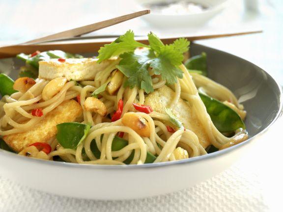 Asiatische Nudelpfanne mit Tofu, Zuckerschoten und Knoblauch