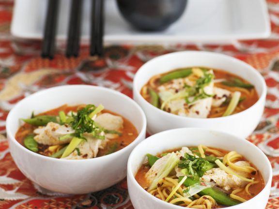 Asiatische Nudelsuppe mit Hähnchenfleisch