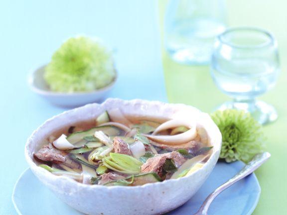 Asiatische Nudelsuppe mit Rinderfilet und Porree