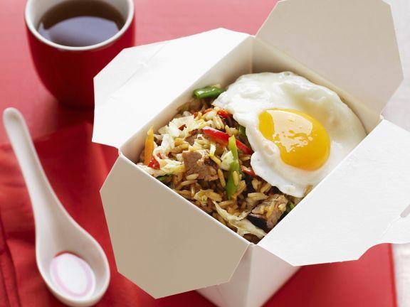 Asiatische Reispfanne mit Schwein und Spiegelei