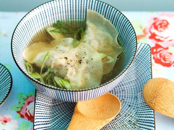 Asiatische Suppe mit Teigtaschen