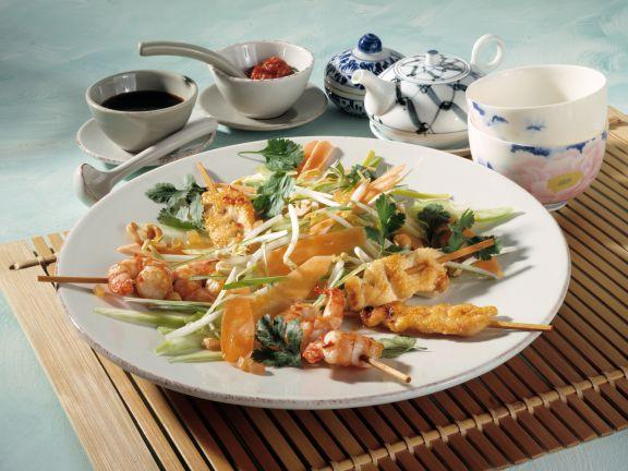 Asiatischer Frühlingssalat mit Satéspießchen
