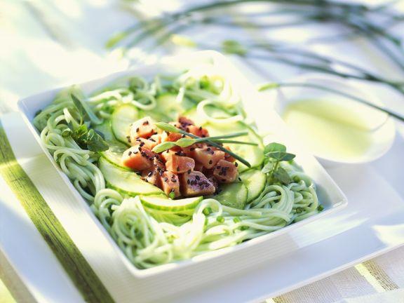 Asiatischer grüner Nudelsalat mit Thunfisch