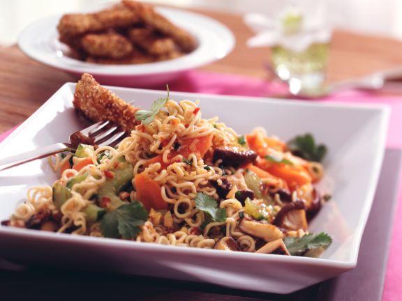 Asiatischer Nudel-Gemüse-Salat mit knusprigen Schnitzelstreifen