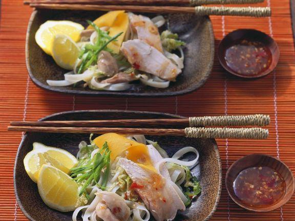 Asiatischer Nudelsalat mit Hähnchen und Papaya