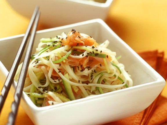 Asiatischer Nudelsalat mit Lachs