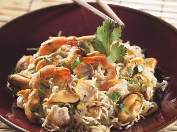 Asiatischer Nudelsalat mit Muscheln und Garnelen