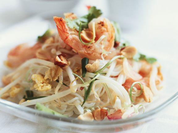 Asiatischer Nudelsalat mit Sprossen, Nüssen und Shrimps