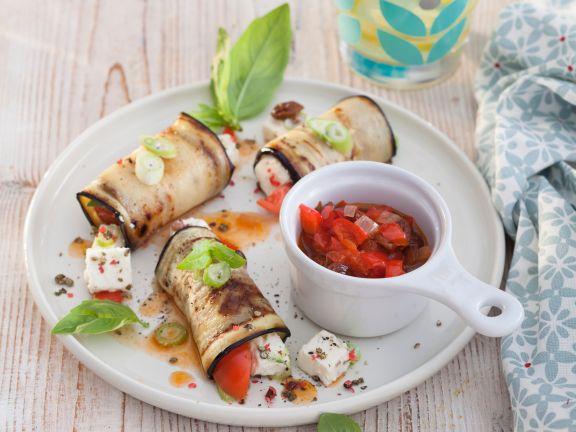 Auberginen-Röllchen mit Paprika-Salsa