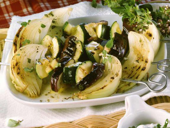 Auberginen-Spieße mit Zucchini und Zwiebeln