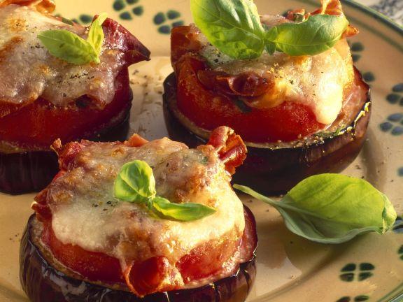 Auberginenscheiben mit Tomate und Käse