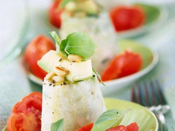 Avocado-Käse-Türmchen mit Tomaten, Basilikum und Nüssen