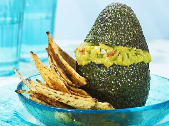Avocado mit Guacamolefüllung und Nachos