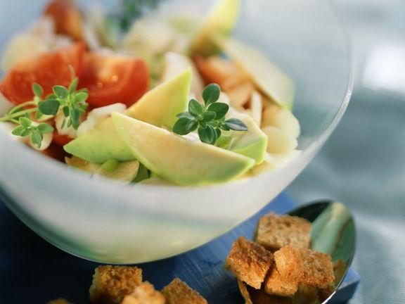 Avocado-Spargel-Salat mit Croutons, Tomaten und Thymian