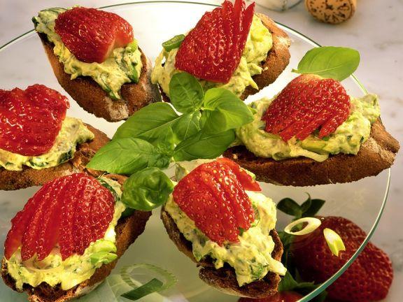 Avocado und Erdbeeren auf Röstbrot