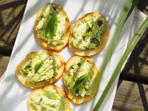 Avocado und Käse auf Röstbrot
