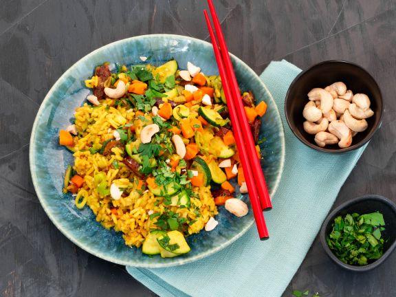 Ayurvedischer Gemüse-Reis mit Datteln und Cashewkernen