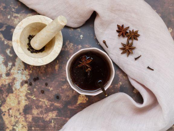 Ayurvedischer Tee mit Gewürzen