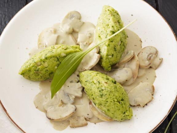 Bärlauch-Mais-Nockerl mit Sahne-Pilzen