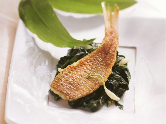 Bärlauchspinat und gebratener Fisch