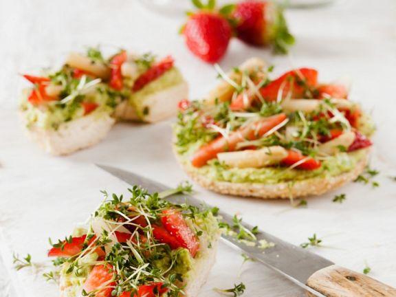 Bagel mit Avocado, Erdbeeren und Kresse