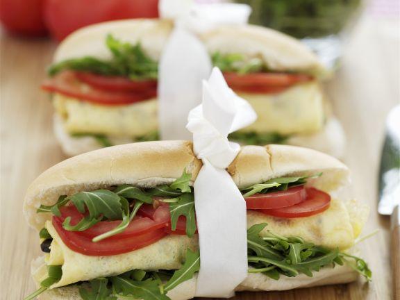 Baguette-Sandwich mit Rucola, Tomaten und Ei
