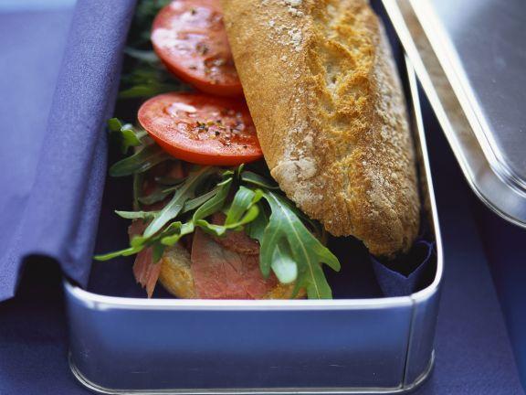 Baguettebrötchen mit Pastrami, Rucola und Tomaten