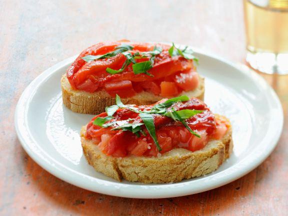 Baguettescheiben mit Tomaten und Basilikum