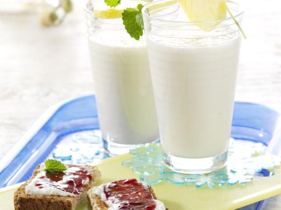 Bananen-Milch-Shake mit Vollkorn-Quark-Toast