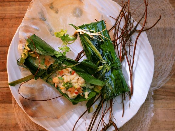 Bananenblätter mit Reisfüllung