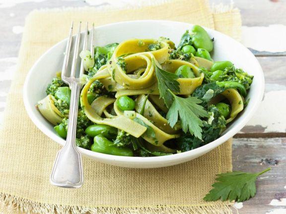 Bandnudeln mit dicken Bohnen, Spinat und Pesto