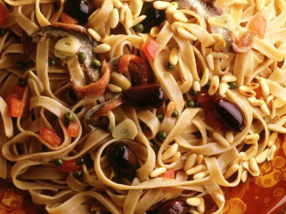 Bandnudeln mit Sardellen und Oliven