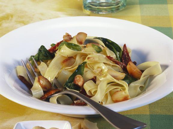 Bandnudeln mit Spinat und Macadamianüssen