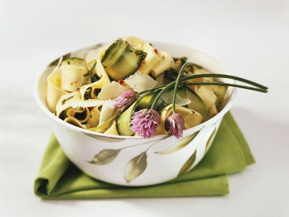 Bandnudeln mit Zucchini, Schnittlauch und rosa Pfeffer