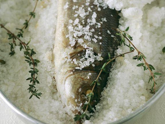Barsch in Salzkruste