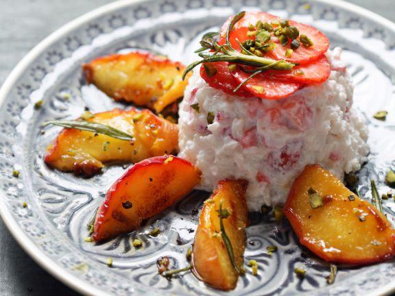Basmati-Erdbeer-Reis mit einen Hauch Ziegenkäse und gebratenen Pfirsichen