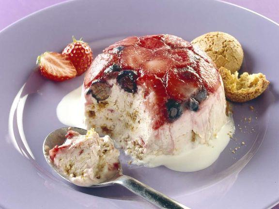 Beeren-Eisbombe mit Amarettini