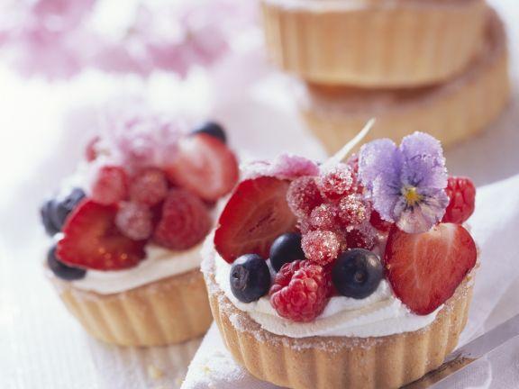 Beeren-Tarteletts mit Essblüten