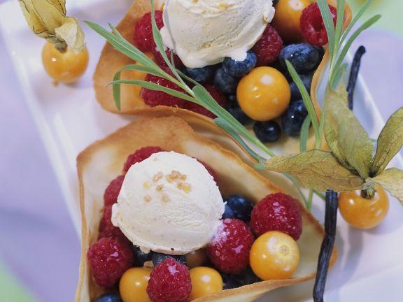 Beerensalat mit Eis und Hippen