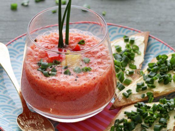 Beschwippstes Melonensüppchen mit Schnittlauch-Knusperrauten