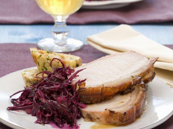 Bierbraten auf Salzburger-Art mit Blaukraut und Brezen-Serviettenklöße