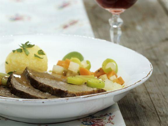 Bierfleisch nach Kulmbacher-Art mit Gemüse und Kartoffelknödeln
