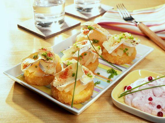 Birne mit Käse auf Kartoffelplätzchen
