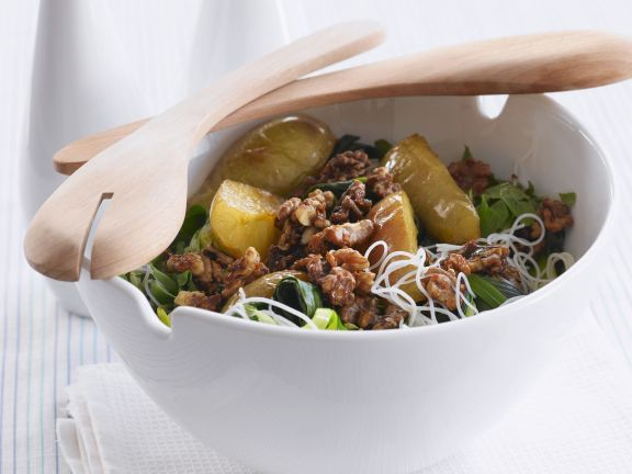 Birnen-Porree-Salat mit glasierten Walnüssen und Reisnudeln
