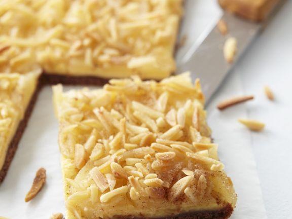 Birnenkuchen mit Pudding und Mandeln