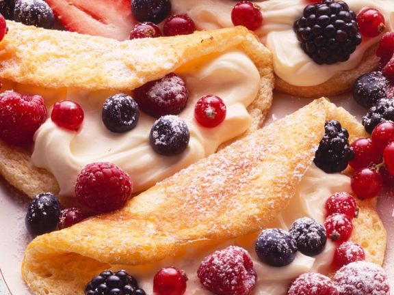 Biskuit-Omelettes mit Cremefüllung und Beeren
