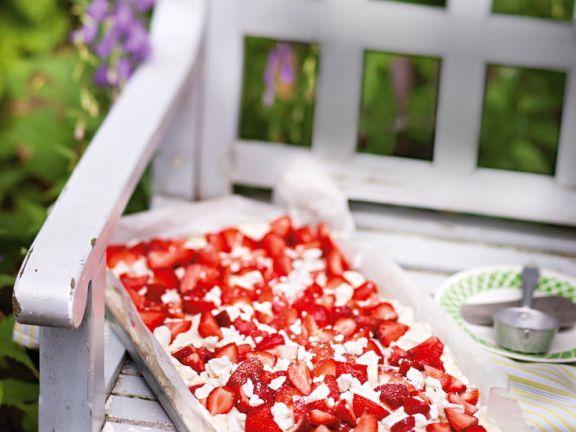 Biskuitkuchen mit Erdbeeren, Sahne und Baiser