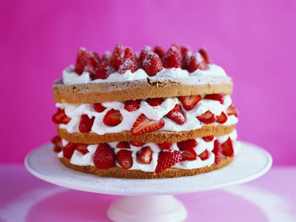 Biskuitorte mit Erdbeer-Cremefüllung