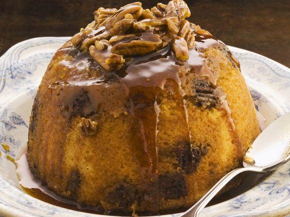 Biskuitpudding mit Sirup und Nüssen