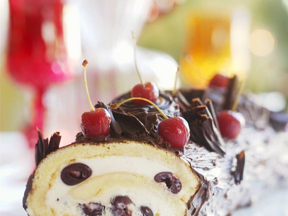 Biskuitrolle mit Mascarpone-Kirsch-Creme, Schokoladenglasur